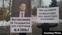Группа таджиков протестует перед зданием посольства ОАЭ в Москве против ареста оппозиционера Умарали Куватова. 25 декабря 2012 года.