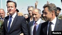 مصطفی عبدالجلیل در میان نیکولا سرکوزی (راست) و دیوید کامرون، نخست وزیر بریتانیا