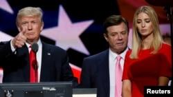 در این تصویر از ۳۱ تیر ماه؛ آقای ترامپ همراه پل منافورت، مدیر پیشین ستادش (وسط تصویر) و نیز دخترش ایوانکا در جریان کارزار انتخاباتی