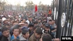 По разным оценкам, в понедельник на площадь перед киргизским парламентом вышли от 45 тысяч до 100 тысяч человек