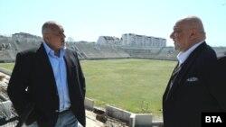 """Бойко Борисов и Красен Кралев посетиха строящия се с държавни пари стадион на """"Ботев"""" в Пловдив. Премиерът обеща на това място да се играе финал за европейски футболен турнир."""