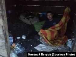 Руслан Токарчук, живущий после наводнения в вагончике для перевозки угля