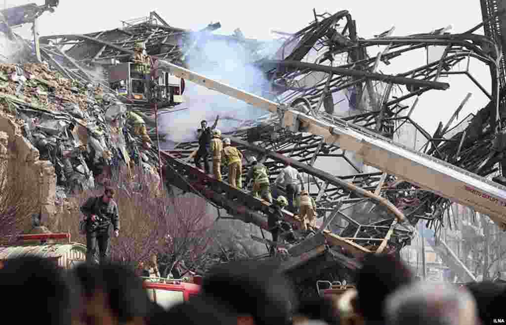 Загоревшееся здание в итоге рухнуло.