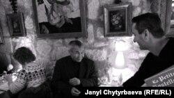 """Талип Ибраимов, сценарист, """"Периште"""" ж.б. повесттери үчүн """"Орус сыйлыгын"""" алган. Париждеги ресторандан сүрөт, феврал, 2013-ж."""