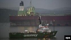"""Арестованный ледокол Greenpeace """"Arctic Sunrise"""" в Мурманском порту 1 августа 2014 года"""