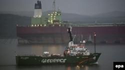 "Арестованное судно ""Арктик санрайз"" в порту Мурманска 1 августа 2014 года"