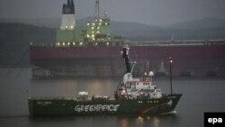 Pamje e anijes së organizatës Greenpeace, Arctic Sunrise, e cila ishte konfiskuar nga autoritetet e Rusisë