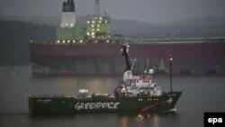 Судно Arctic Sunrise покидает порт Мурманска после снятия ареста. 1 августа 2014 года.