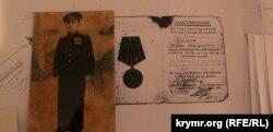 Dilâra İsmailovanıñ babasına ait mukâfatlarnıñ kopiyaları