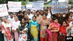 اعضای یک گروه حامی حقوق بشر به حمایت از دختر نوجوان مسیحی پاکستانی شعار می دهد