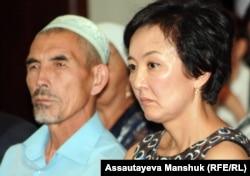 Салтанат Атушева (справа), жена убитого лидера оппозиции Алтынбека Сарсенбаева. Алматы, 11 сентября 2012 года.