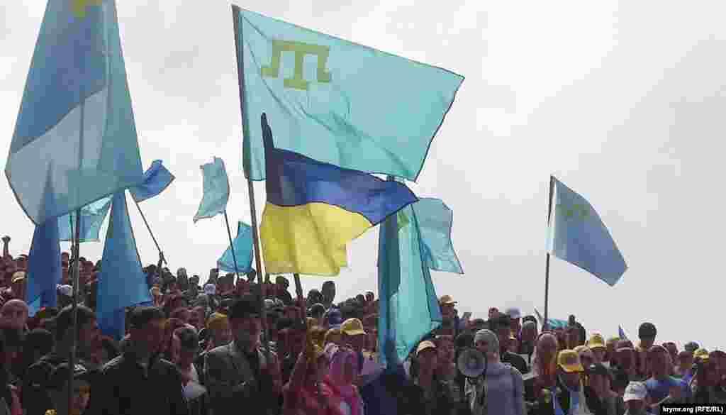 10 мамыр күні Қырым татарлары түбектегі Чатыр-даг тауына шығып, осыдан 70 жыл бұрын – 18 мамыр 1944 жылы Совет өкіметі өз атамекенінен мәжбүрлеп жер аударған қырым татарлары халқының қасіретін еске алып, депортация құрбандарына құран бағыштады. Шараға қатысқан екі мыңға жуық адам «Отан!», «Украина жасасын!» деп айғайлап, Қырым татарларының әнұраны саналатын «Ант еттім» әні мен Украинаның гимнін шырқады. Суретте: Қырым татарлары түбектегі Чатыр-даг тауында депортация құрбандарын еске алып тұр. 10 мамыр 2014 жыл.