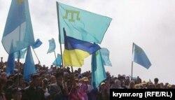 Кримські татари під час сходження на Чатир-даг