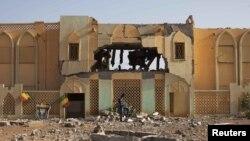 Pamje e ndërtesave të shkatërruara, që përdoreshin nga islamistët radikalë në Gao të Malit