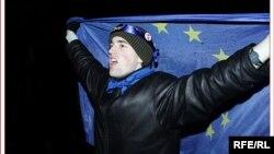 Молодой активист держит флаг ЕС во время акции протеста в Минске. Иллюстративное фото.