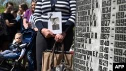 """Всяка година роднини на жертвите се събират на мемориала """"Чернобил"""" в Киев."""