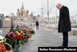Министр иностранных дел Великобритании Борис Джонсон во время визита в Москву в декабре 2017 года возложил цветы к месту убийства оппозиционного политика Бориса Немцова