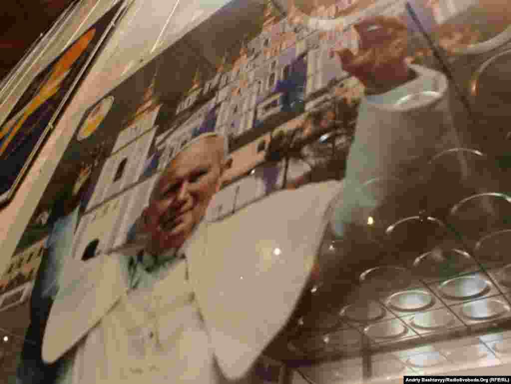 Святкування 10-річчя візиту Блаженного Папи Івана Павла ІІ до України розпочалося виставкою в Українському домі. Експозиція триватиме до 24 червня.