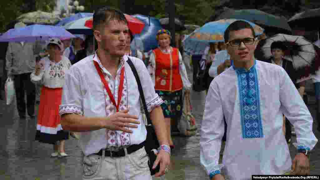 «Vışivankada büyük yürüş» teşkilâtçılarından biri Sergey Vikarçuknıñ (fotoresimde soldan) aytqanına köre, yağmurlı ava tedbir iştirakçileriniñ sayısına tesir etmedi –beklengeninden daa az edi