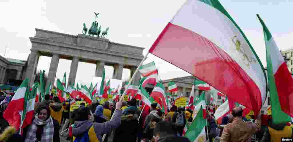Акция у Бранденбургских ворот в Берлине в поддержку протестующих в Иране. 6 января 2018 года.