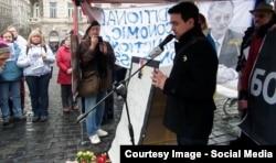 Мартин Углирж во время акции памяти Бориса Немцова