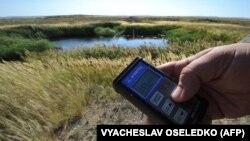Семейден 50 шақырым жерде орналасқан Курчатов қаласы маңында радиация деңгейін тексеріп тұрған маман. Көрнекі сурет