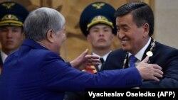 Алмазбек Атамбаев жана Сооронбай Жээнбеков. Жээнбеков ант берип, президенттик кызматка киришип жаткандагы сүрөт. 24-ноябрь, 2017-жыл.