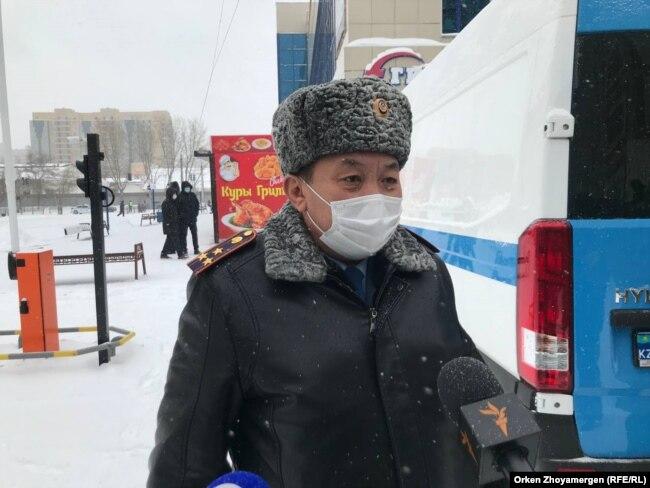 Нұр-Сұлтан қаласы полиция департаменті бастығының бірінші орынбасары Бақытжан Малыбаев журналистерге сұхбат беріп тұр. 28 ақпан 2021 жыл.