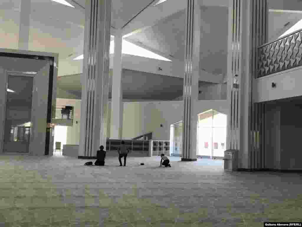 Молельный дом может вместить около 750 прихожан. Однако, по словам имама, в первую пятничную службу в мечети вместилось более тысячи человек. Мужской зал расположен на первом этаже, женский - на втором.