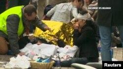 Спасатели работают с жертвами у входа в метро Маальбек. Брюссель, 22 марта 2016 года.