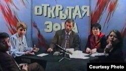Фрагмент видеозаписи программы «Открытая зона» в прямом эфире на телеканале ТВ «М». В центре — ведущий программы Сергей Дуванов. Алматы, 20 ноября 1996 года.