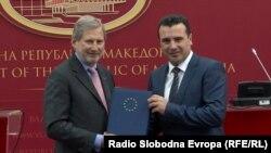 Еврокомесарот за преговори за проширување Јоханес Хан и премиерот Зоран Заев во Скопје