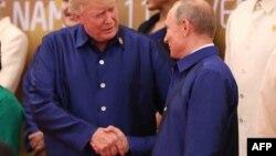 Рукопожатие на фоне санкций. Дональд Трамп и Владимир Путин на открытии саммита АТЭС в Дананге, Вьетнам, 10 ноября 2017,