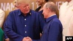 АҚШ президенті Дональд Трамп (сол жақта) пен Ресей президенті Владимир Путин. Дананг, Вьетнам, 10 қараша 2017жыл