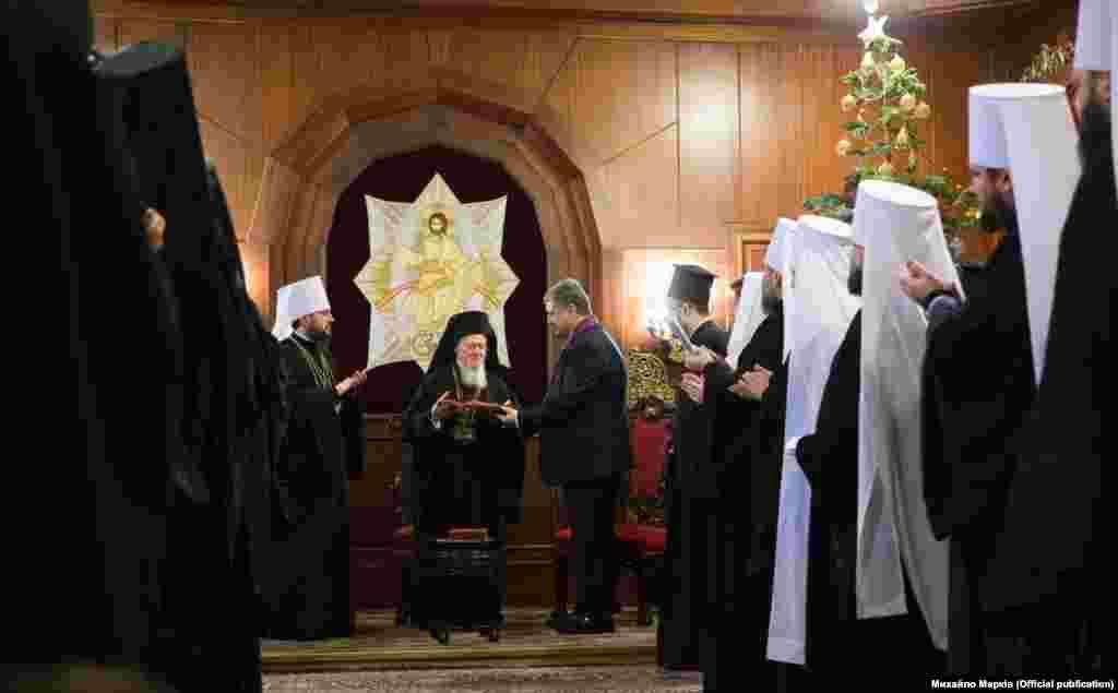 Президент Петро Порошенко після церемонії нагородив орденом «За заслуги» І ступеня Вселенського Патріарха Варфоломія