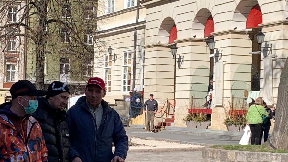 Во Львове запретили находиться на детских и спортивных площадках и заходить в магазин без маски