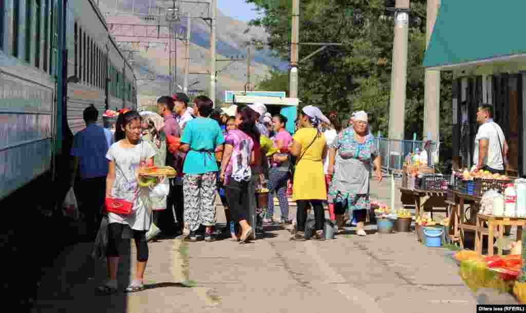 За время стоянки поезда - иногда это несколько минут - торговцы пытаются продать сошедшим с поезда продукты и напитки.