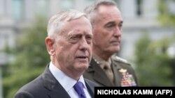 Министр обороны США Джеймс Мэттис (на первом плане) делает заявление перед журналистами у Белого дома. 3 сентября 2017