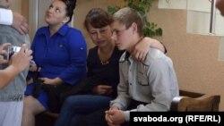 Выхаванец, якому пашкодзілі ў вучэльні хрыбетнік, разам з маці, Аленай Шчаўлікавай