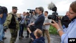 Ілюстративне фото. Журналісти біля місця падіння малазійського «Боїнгу». Грабове, 19 липня 2014 року