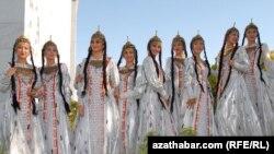 Halkara zenanlar güni mynasybetli türkmenistanly gelin-gyzlaryň her biri 40 manat pul sylagyny alarlar.