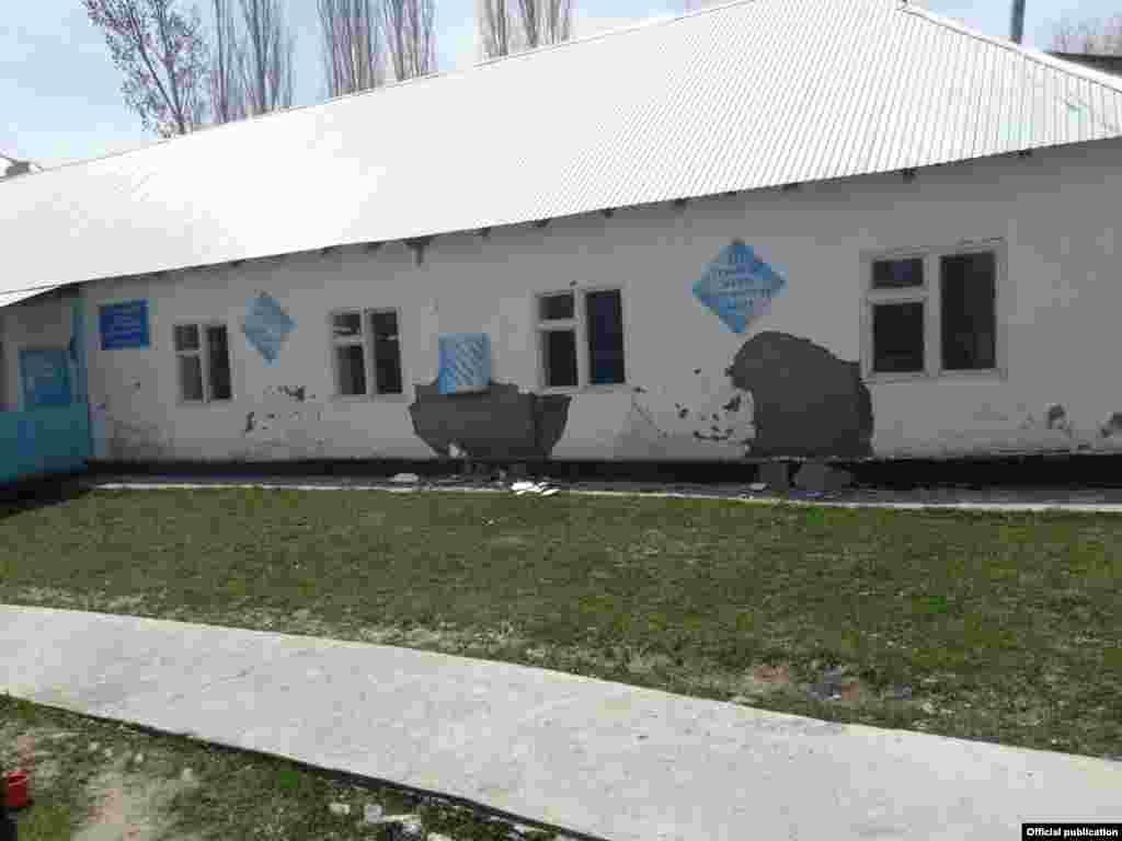 Местная школа тоже получила повреждения.