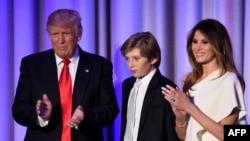 Избранный президентом США Дональд Трамп со своим сыном Бэрроном и женой Меланией на митинге после объявления результатов президентских выборов
