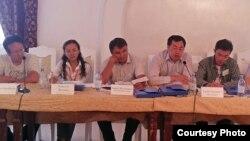 «Құқыққорғаушылар және азаматтық белсенділердің қауіпсіздік мәселелері платформасы» атты конференцияда отырған құқық қорғаушылар. Бурабай, 23 тамыз 2012 жыл.