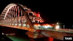 Російський пасажирський поїзд «Таврія» їде Керченським мостом, грудень 2019 року