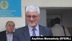 Депутат маслихата города Алматы Виктор Булекбаев на крыльце здания Бостандыкского районного суда. Алматы, 14 апреля 2015 года.