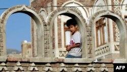 کودک یمنی در بخش قدیمی صنعا نظارهگر آتشبسیست که پنج روز تعیین شده