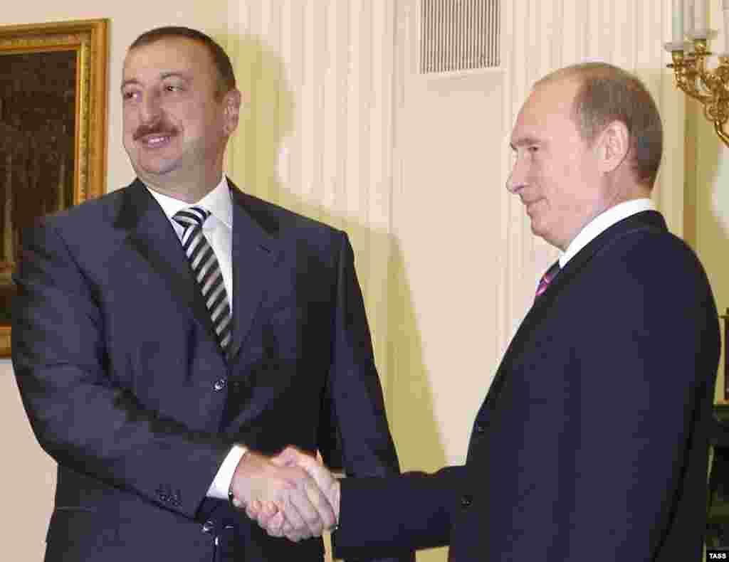 Putin with Azeri President Moscow, 09Nov2006 - description here