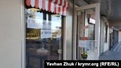 Антисептики и маски продаются в хлебобулочном магазине