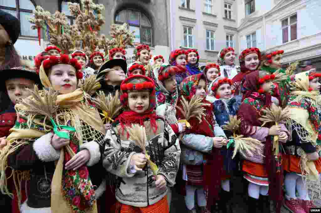 Діти в національних костюмах під час урочистостей з нагоди винесення та встановлення Різдвяного Дідуха. Львів, 6 січня 2018 року